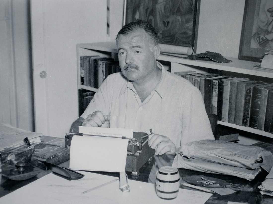 Ernest Hemingway med en skrivmaskin.