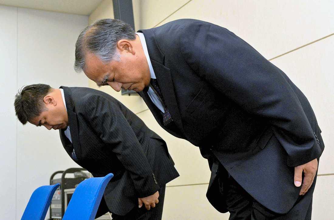 FÖRLÅT Höga chefer på hotellkedjan Keihan ber om förlåtelse på en presskonferens i Osaka, Japan. Kedjan har sålt processat kött som biff på sina restauranger.