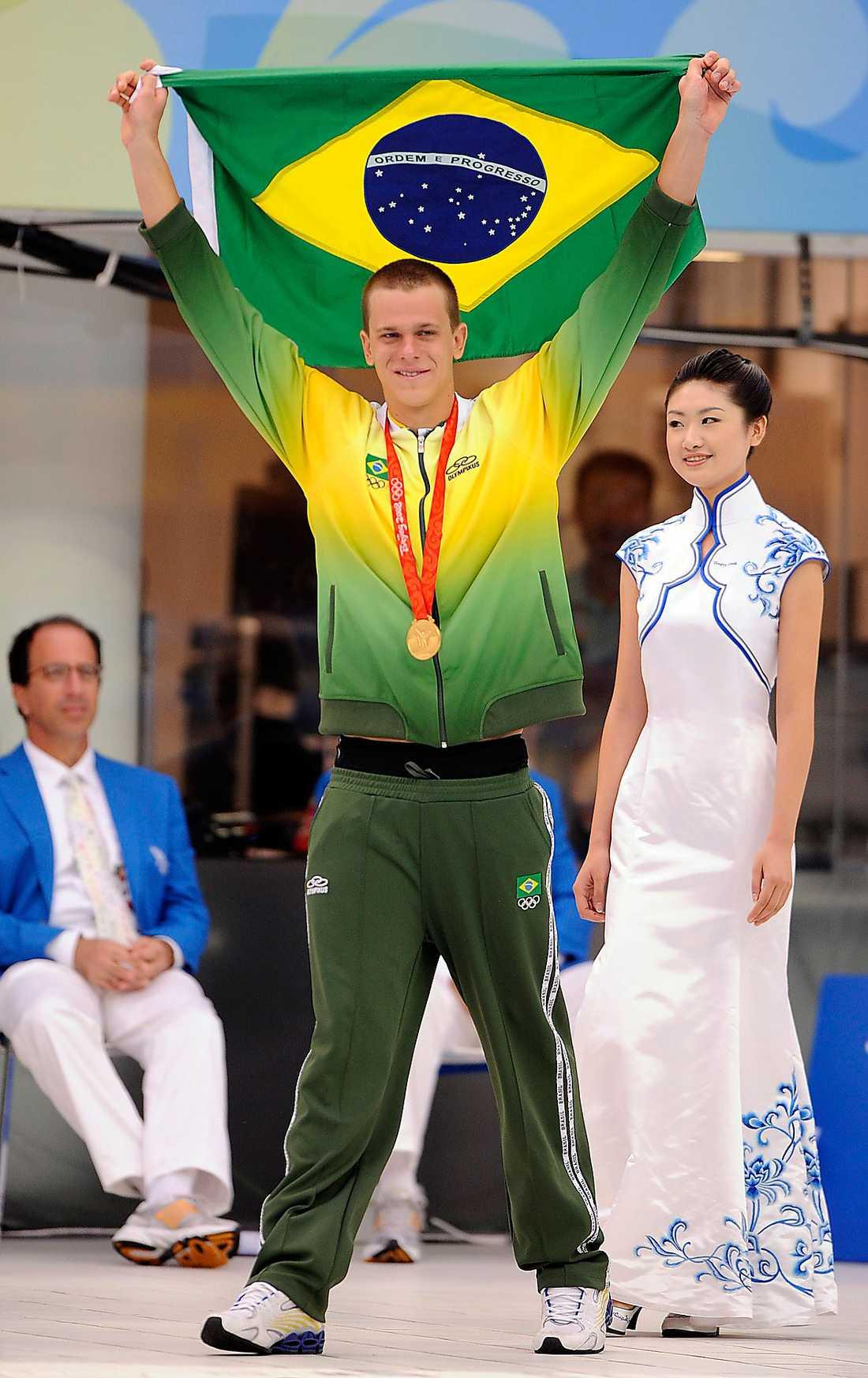 César Cielo efter att ha vunnit guld på 50 meter fritt i Peking-OS 2006.