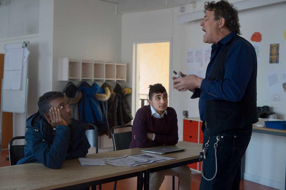 Barnen från Alby och Fittja bussas till Falkbergsskolan i Tullinge varje dag som en del i ett integrationsprojekt.