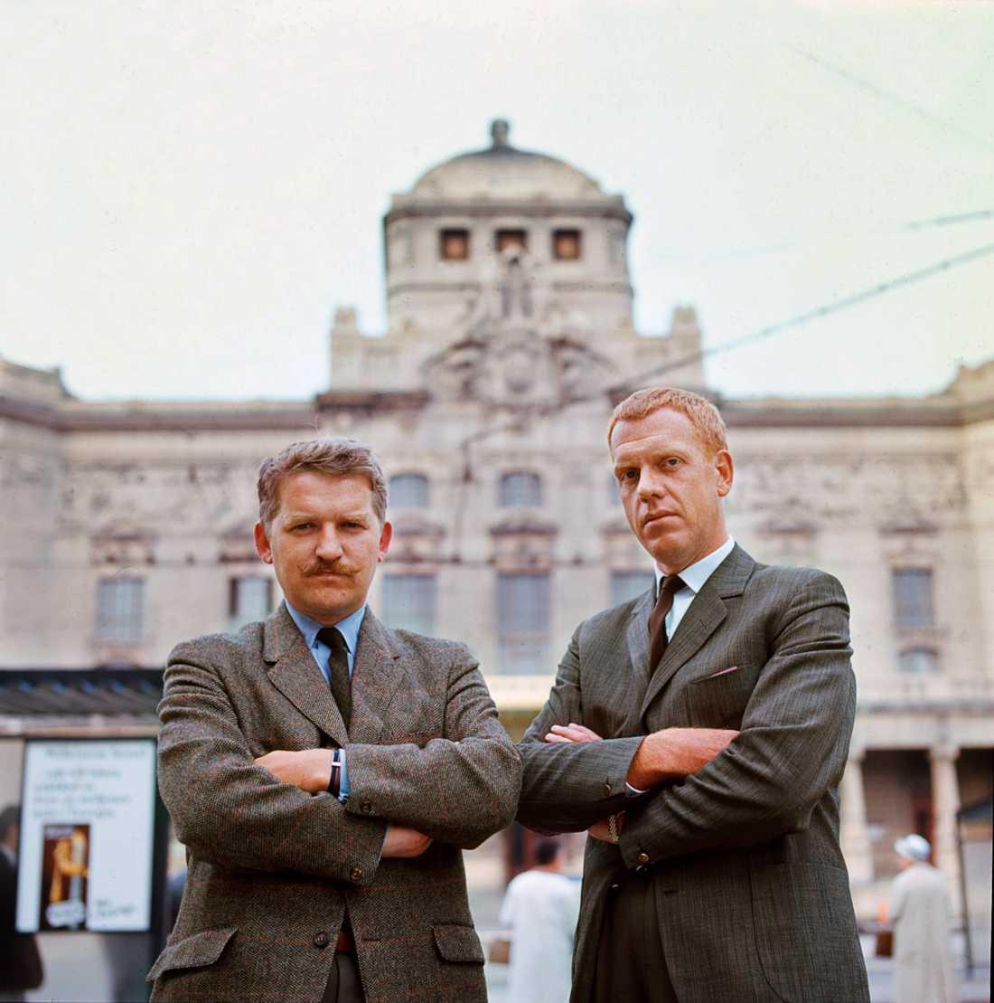 Hans Alfredson och Tage Danielsson utanför Dramaten 1972.