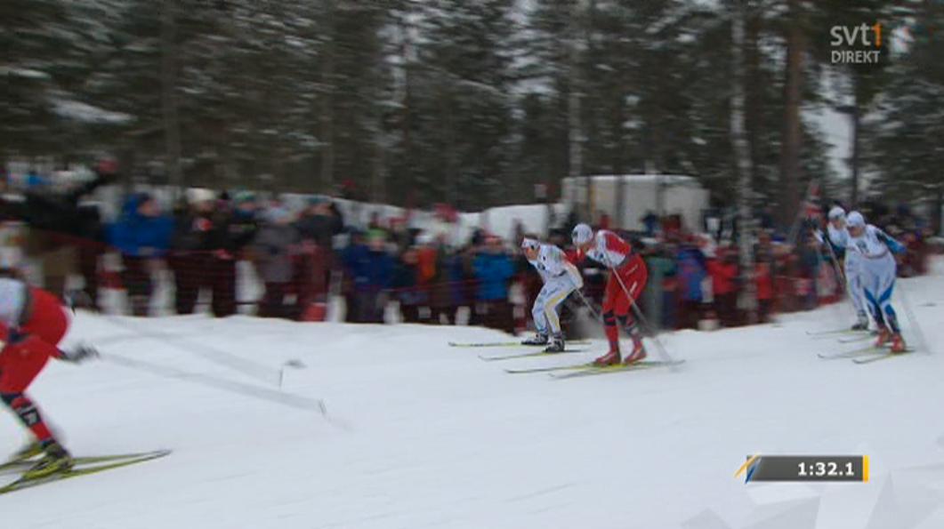 Samtidigt gör Emil Jönsson, som då ligger fyra, en attack på Petter Northug.
