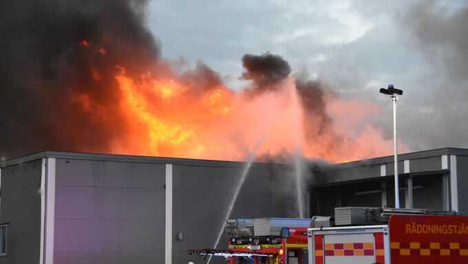 Ica-butik i storbrand – öppna lågor slår genom taket