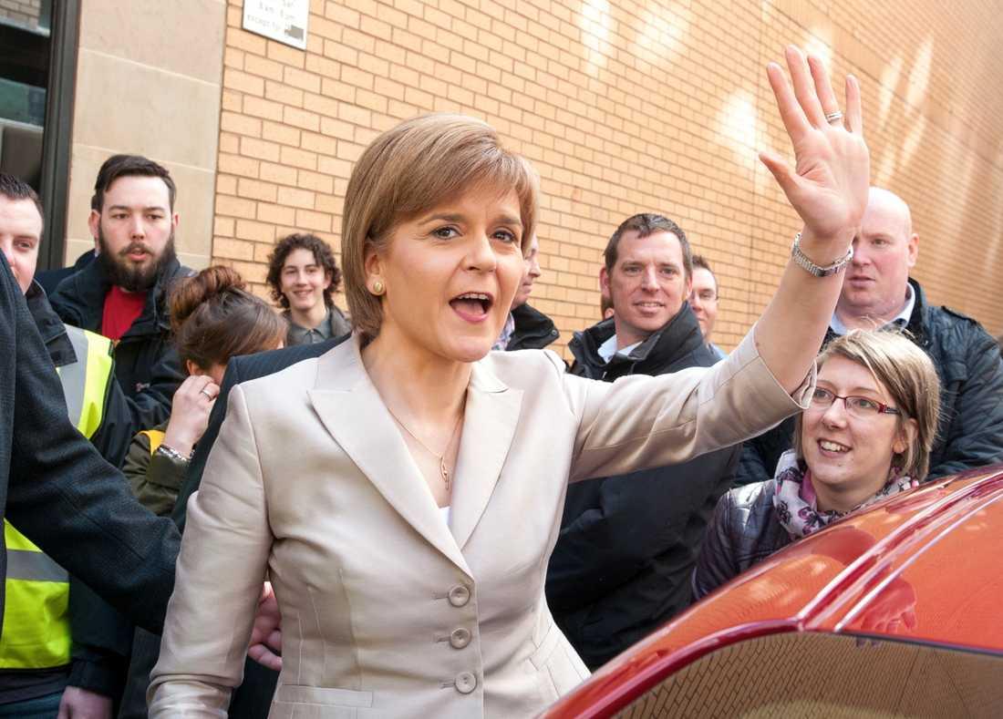 Valet väntas bli en succé för Skotska Nationalistpartiet SNP. Flera undersökningar har visat att partiet, som leds av populära Nicola Sturgeon, 44, kan komma att kamma hem alla Skottlands 59 parlamentsplatser. Miliband har uteslutit en koalition med SNP.