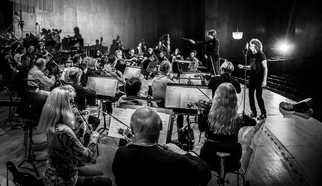 """Håkan Hellström kompas av Göteborgs Symfoniker på """"Illusioner"""" – ett album som tar ett rejält steg bort från arenarocken."""