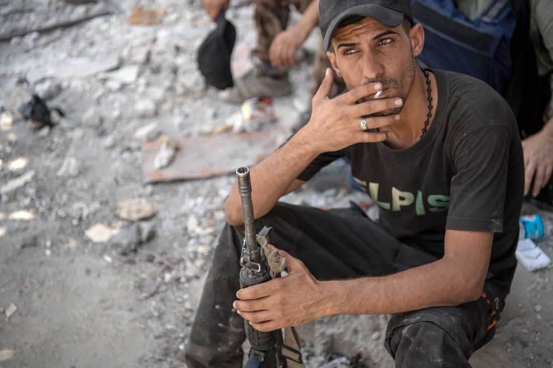 En av de militärer ur irakiska specialförbandet som möter flyktingarna som kommer från Mosuls trånga gränder i gamla stan.
