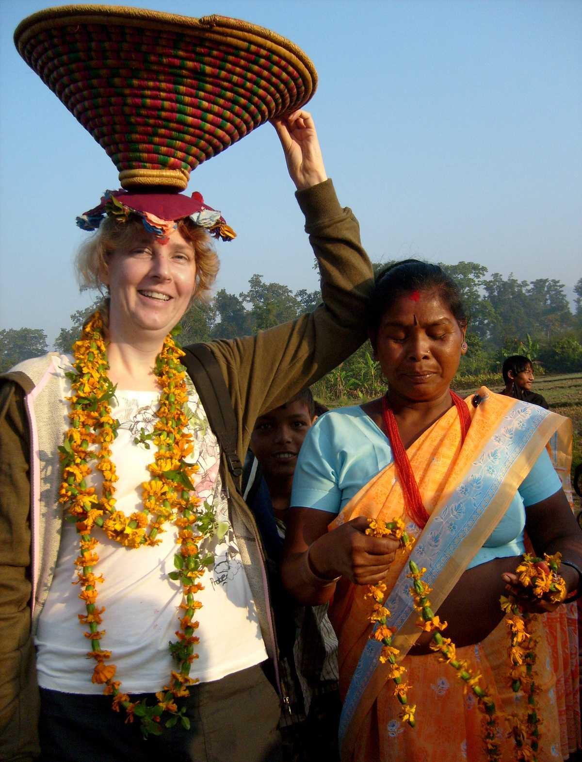 Volontärarbete är inget man blir rik på. Efter avslutat förvärv får Marjolein en blomsterkrans och en flätad korg med sig hem.