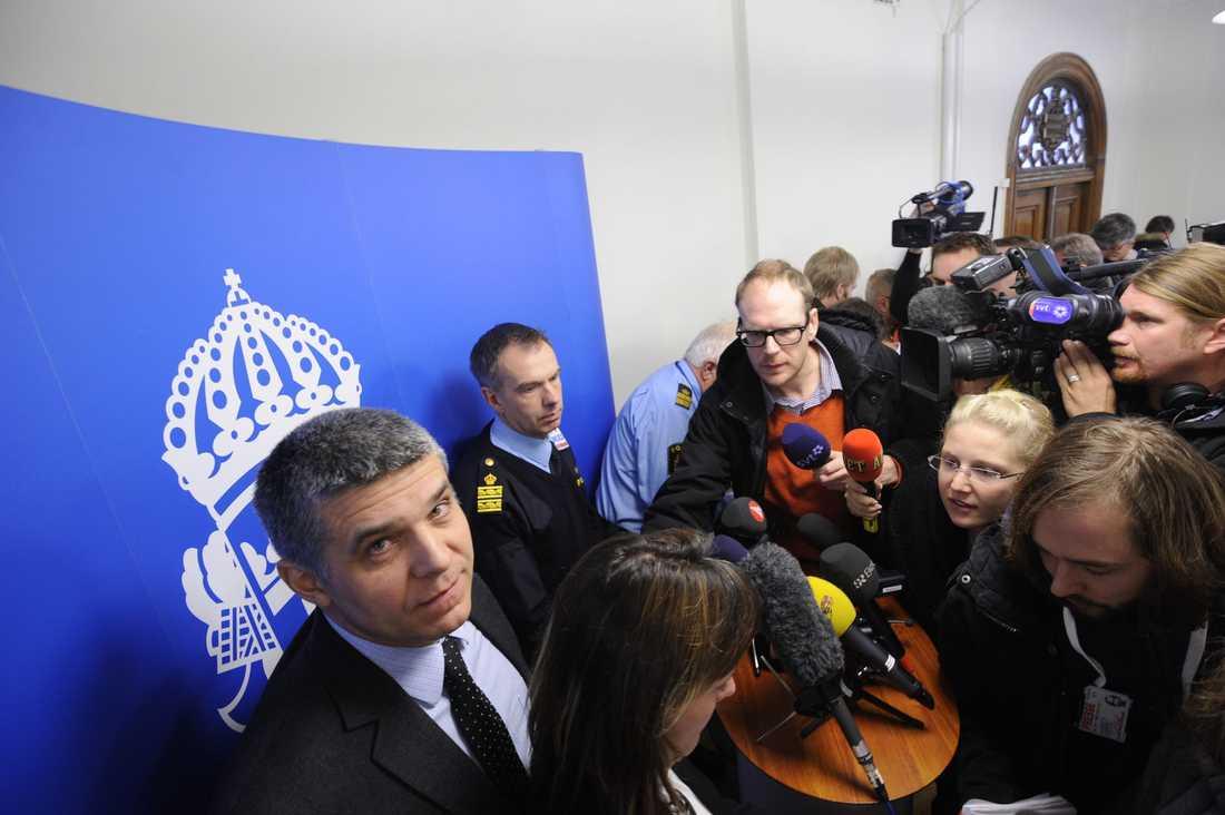 """Säpo och polisen höll gemensam presskonferens på söndagsförmiddagen med anledning av självmordsdådet. """"Det är möjligt att vi kan ha missat något"""", sade Anders Thornberg på Säpo. Han sade också att man utreder sprängningen som ett terroristbrott."""