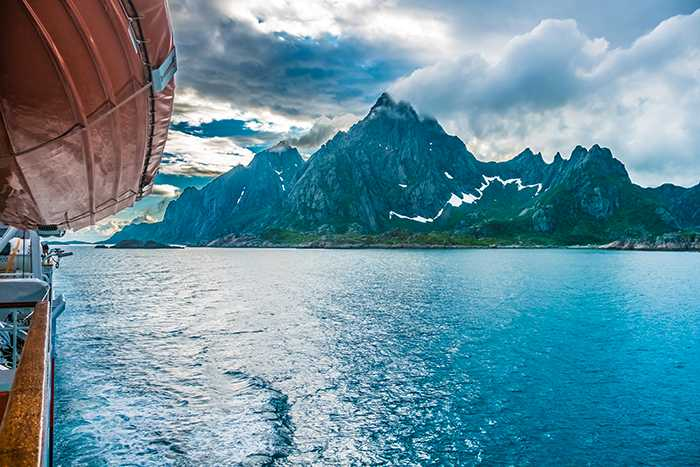 Hurtigruten i Norge lockar unga som gamla.