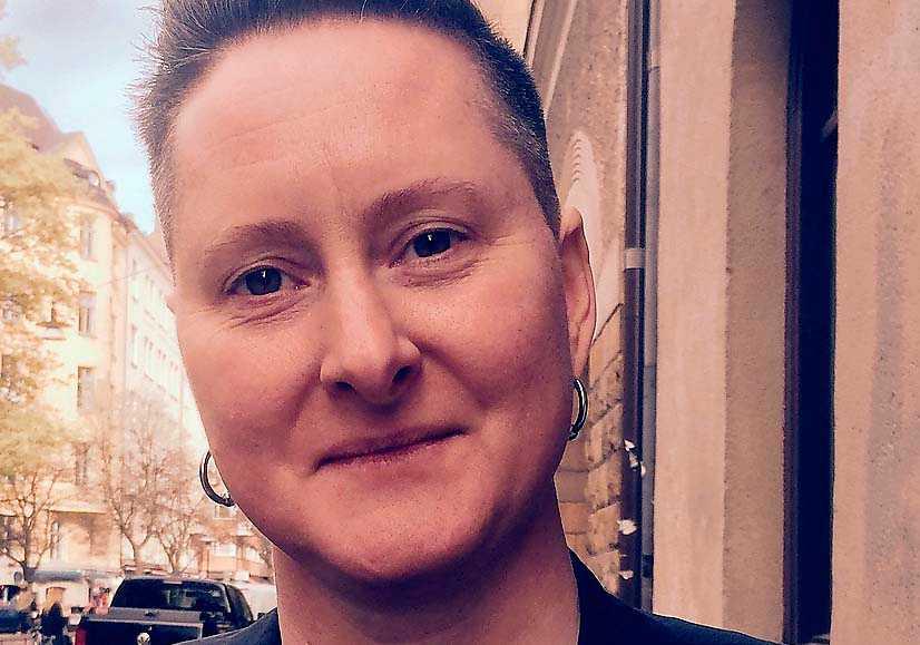 """Hanna Hallgren (f 1972) är forskare, poet och lärare. """"Det som övar annorlunda likt ett hjärta"""" är hennes nionde bok sedan debuten 2001. Hon arbetar som professor i litterär gestaltning vid Akademin Valand, Göteborgs universitet."""