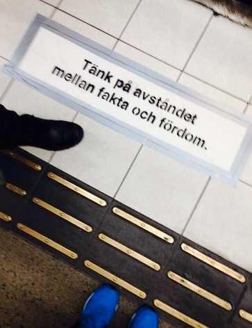 På tunnelbanestationen vid Mariatorget hade någon satt upp budskapen.