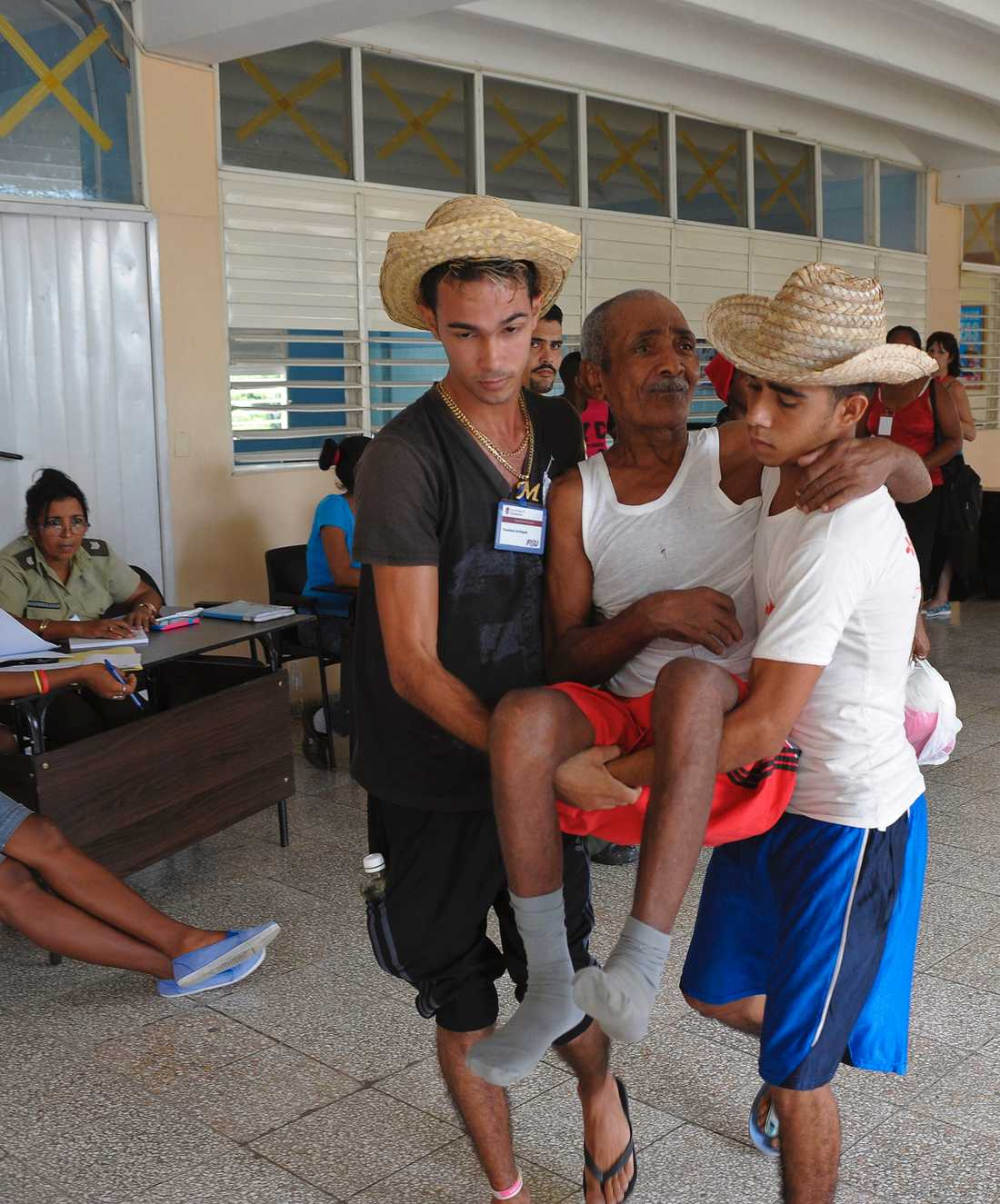 Människor från Guantanamoprovinsen, Kuba evakueras.