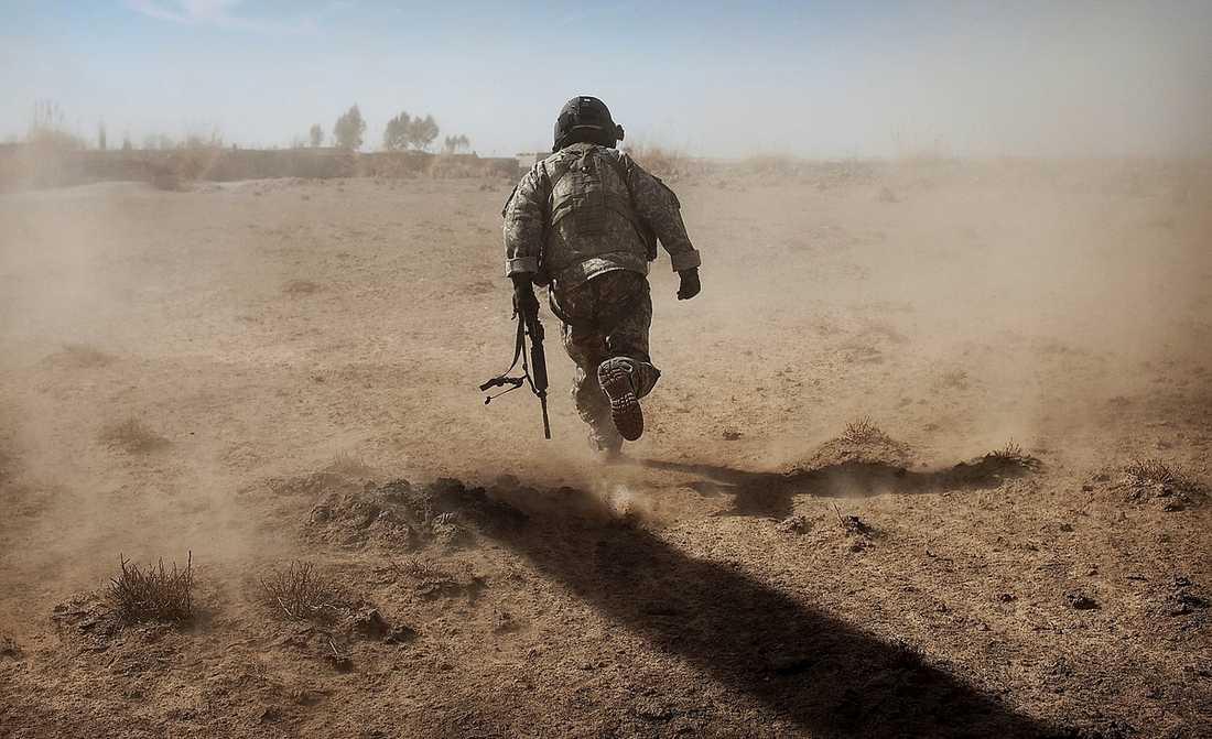 """""""Förser de svenska trupperna den amerikanska militären med namn på misstänkta talibaner och därigenom bidrar till utomrättsliga avrättningar"""", undrar debattörerna."""