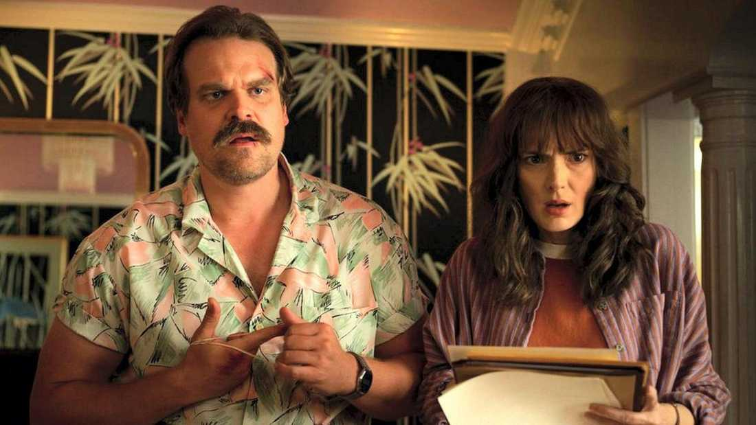 "David Harbour och Winona Ryder i ""Stranger Things"""