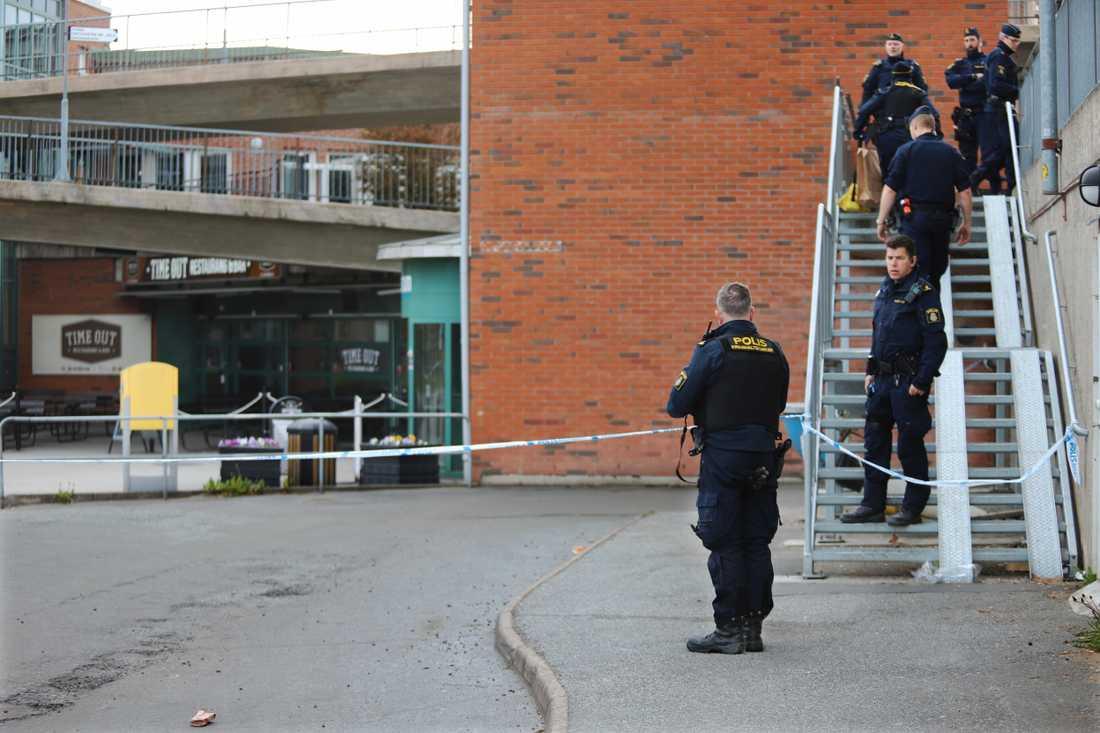 Åtta män i 20-årsåldern har frihetsberövats efter en skottlossning i Fisksätra.
