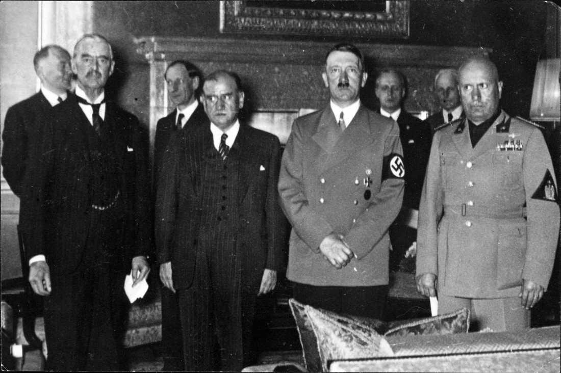 Münchenöverenskommelsen 1938 Fr.v. Storbritanniens premiärminister Neville Chamberlain, partiledare för Tories, franske politikern Edouard Daladier (senare fängslad i Buchenwald), Tysklands rikskansler Adolf Hitler och Benito Mussolini, premiärminister och partiledare för PNF (Partito Nazionale Fascista).