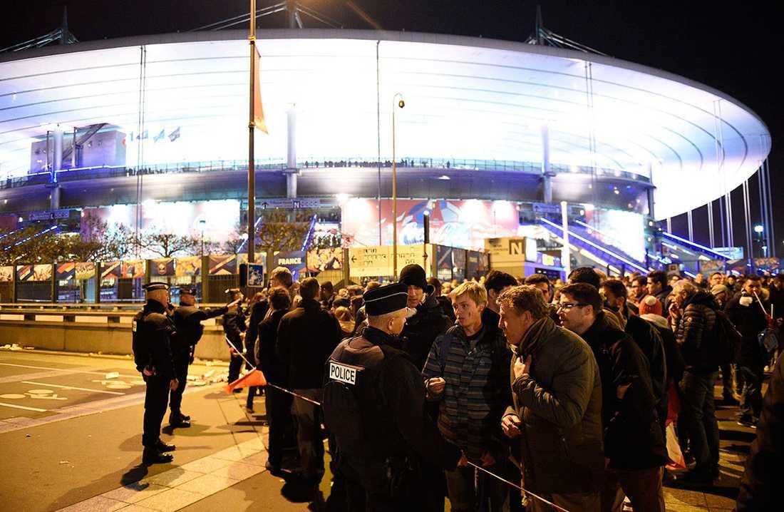Polisen spärrade av utanför Stade de France.