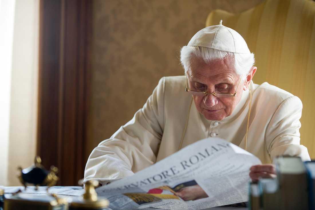 Påven läser tidningen.