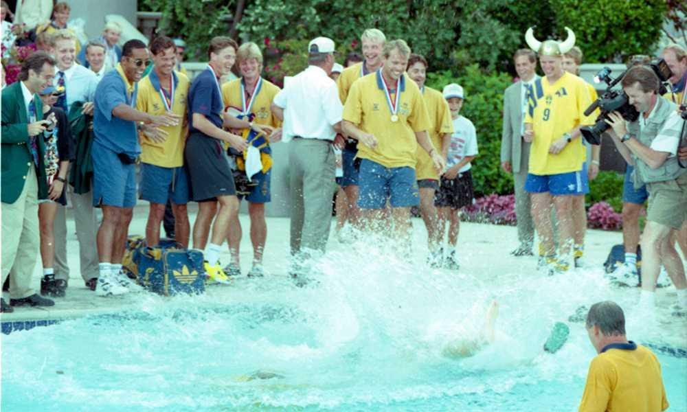 Asgarv bland spelarna efter Svenssons dyk.