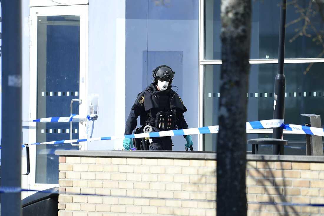 Ett område kring polisutbildningen vid Södertörns högskola har spärrats av –och polisens bombgrupp är på väg.