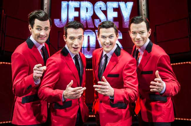 """legendarer på svenska Robert Rydberg, Bruno Mitsogiannis, David Lindgren och Peter Johansson spelar i """"Jersey Boys"""" på scen."""