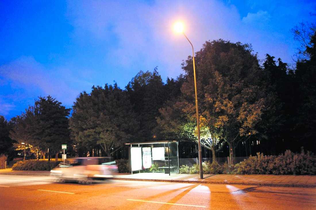 Här på busshållplatsen vid Eriksfältgatan i Malmö sköts en 28-årig man i ryggen den 19 oktober. Han skadades svårt.