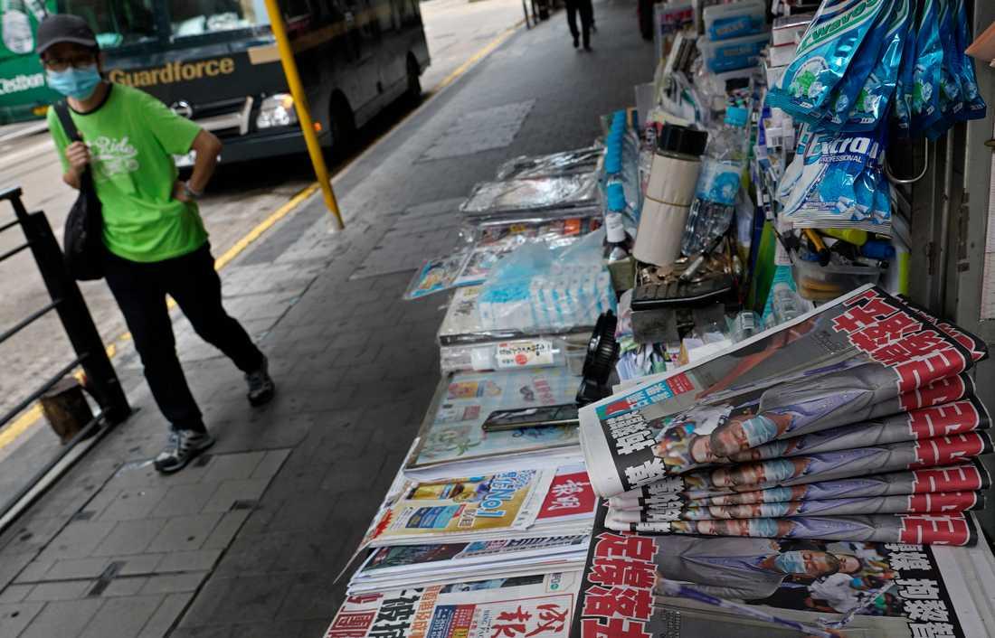 Hongkongbor stödköper tidningen Apple Daily sedan dess grundare gripits.