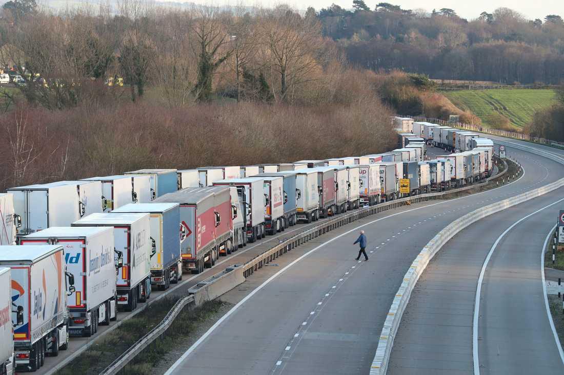 Miles de camiones están estacionados a lo largo de la autopista M20 en el condado de Kent, esperando cruzar Francia.