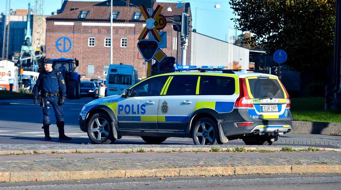 Ett misstänkt föremål har hittats under en bil i centrala Norrköping.