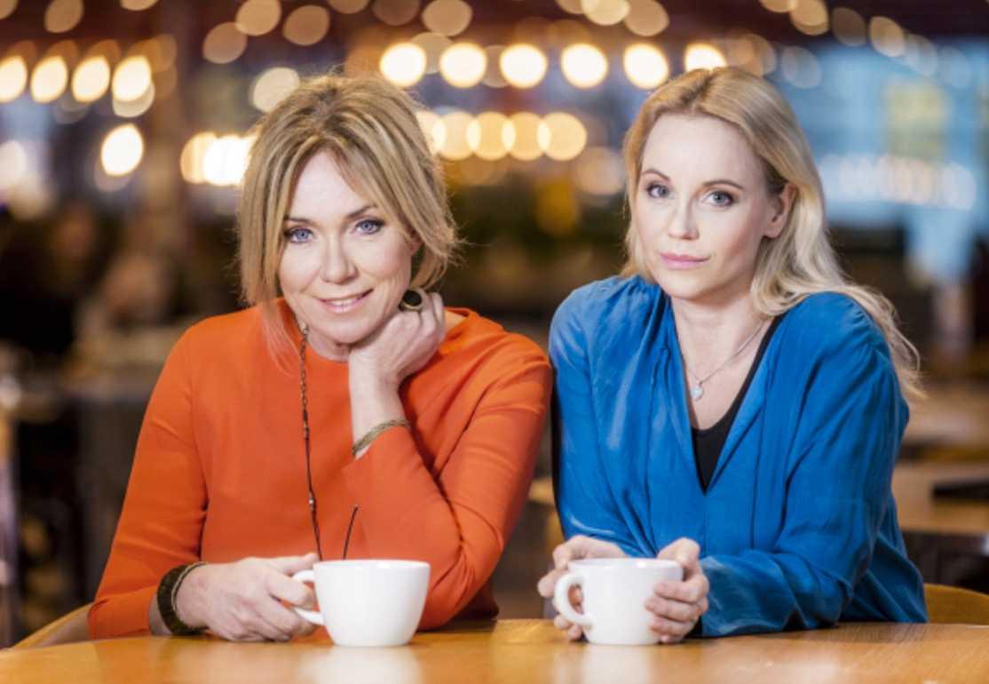 """Anne Lundberg och Sofia Helin fick tv-branschens finaste pris Kristallen för """"30 liv i veckan""""."""
