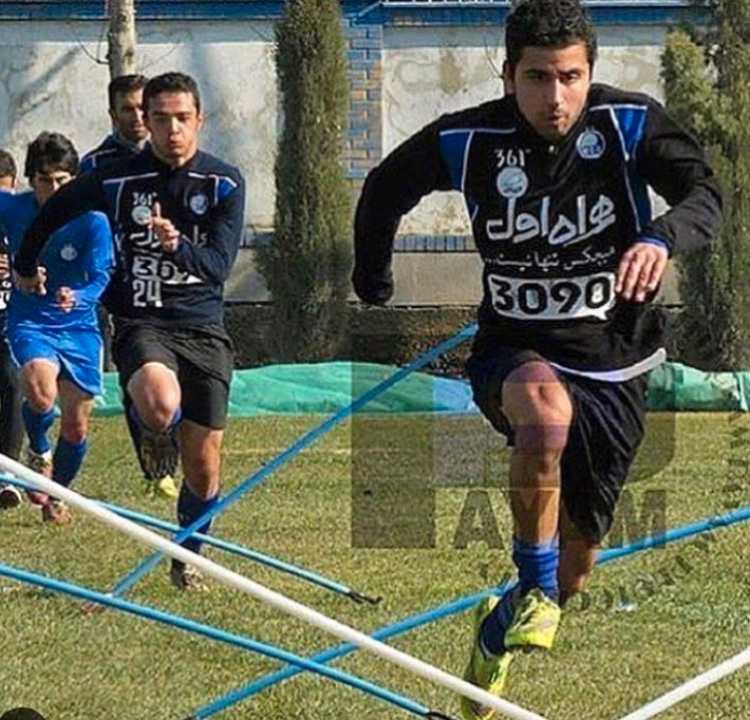 Bahgdadi i Esteghlal. Bakom Mahan springer Omid Norafkan  som spelar i Charleroi i den belgiska högstaligan.