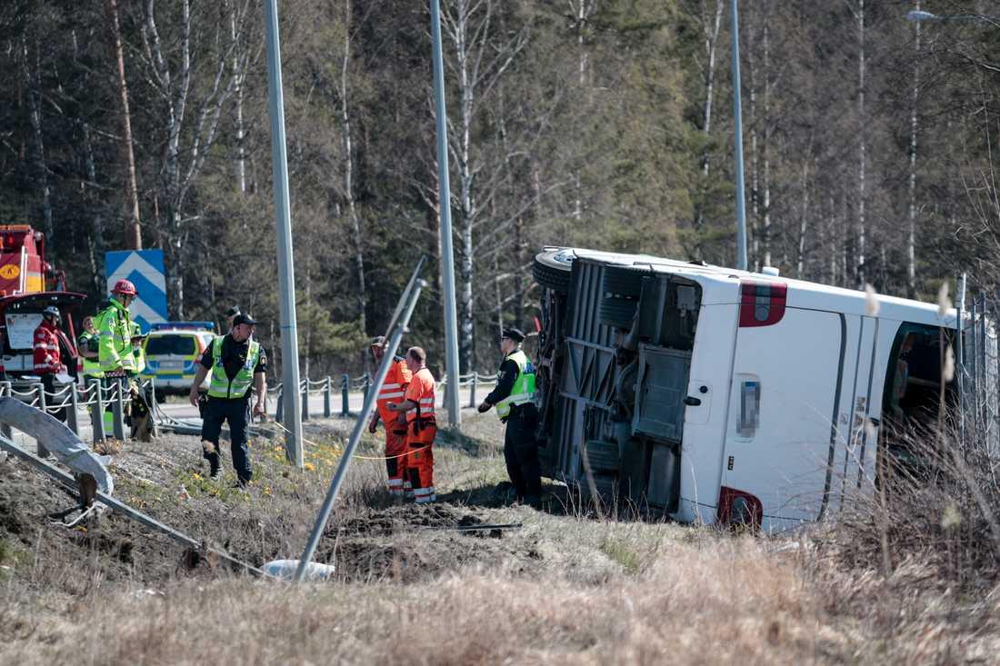 En turistbuss körde av vägen på E18. Flera personer skadades.