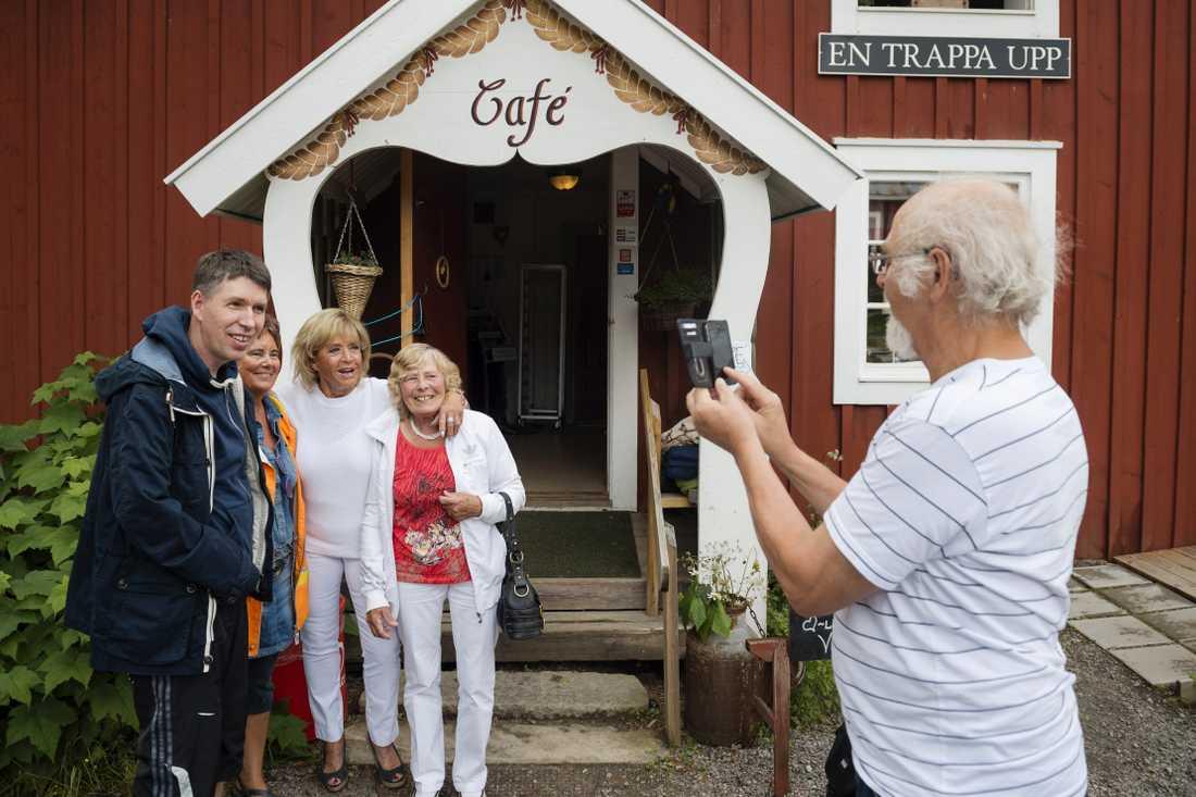 Lill-Babs fotograferas med fans vid sin Caffär och museum.