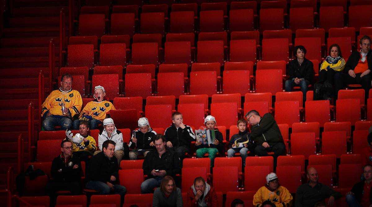 HALVTOM GLOB  Ishockeyförbundet kritiserades hårt efter publikfiaskot under hemma-VM tidigare i år. De skyhöga biljettpriserna fick folk att stanna hemma. Endast 7 770 personer såg Sveriges premiärmatch mot Norge.