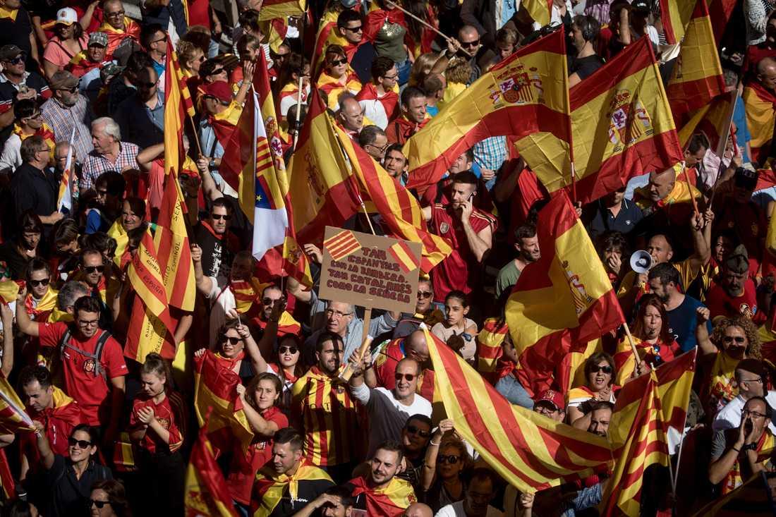 Tusentals demonstrerade mot katalansk självständighet i Barcelona den 8 oktober.