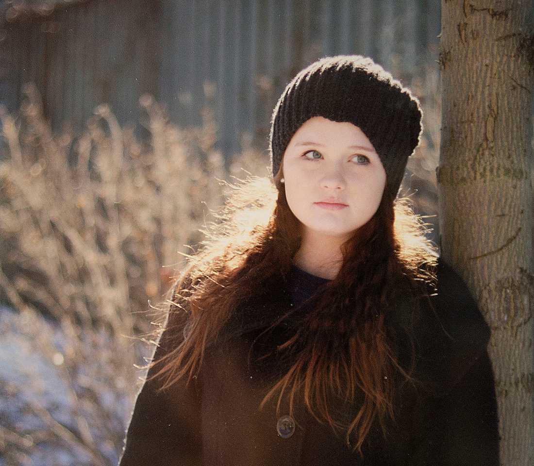 """SVÅRT MED DET SOCIALA  """"Melinda upplevde att hon var en pusselbit som inte passade in. En främmande fågel"""", berättar Marianne. När Melinda var 16 år fick hon diagnosen Aspergers. Hon hade svårt med det sociala spelet, men älskade att sitta timtals på sitt rum ensam och teckna. Hon var en stor begåvning."""
