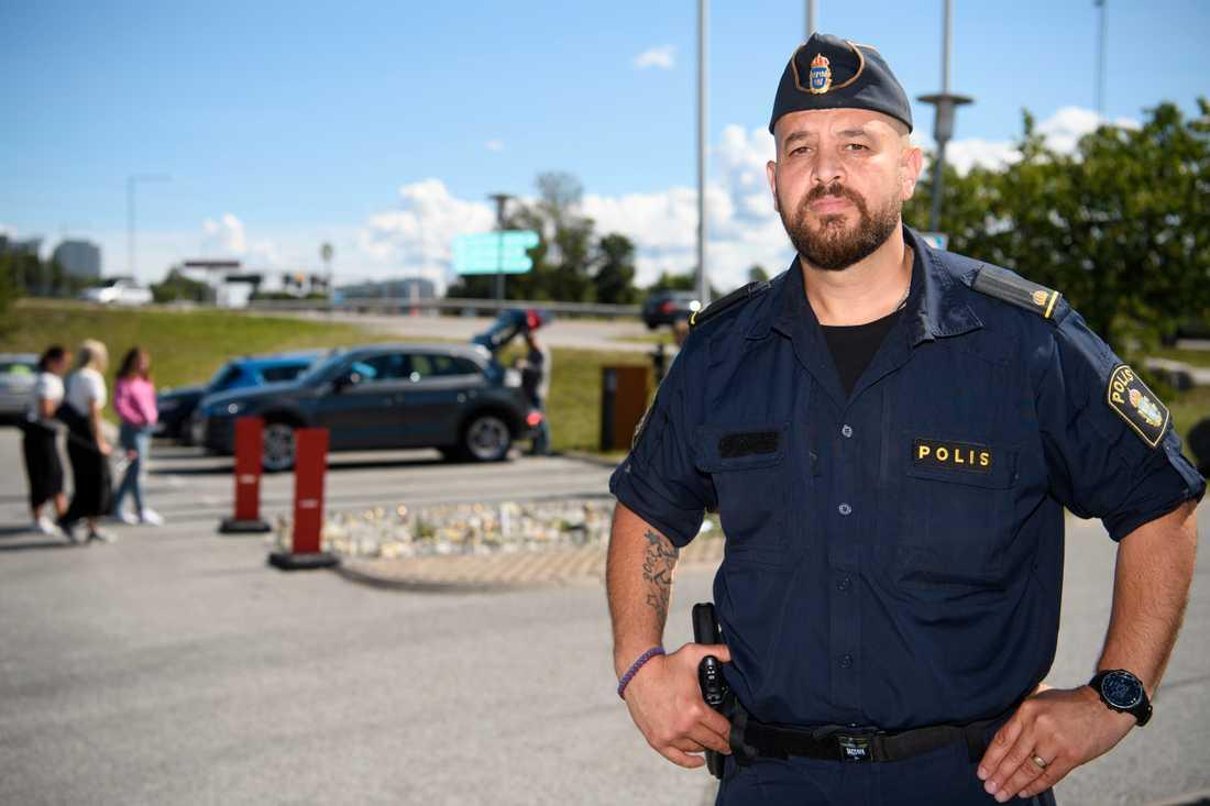 Martin Lazar, kommunpolis i Botkyrka vid platsen där en flicka sköts ihjäl.