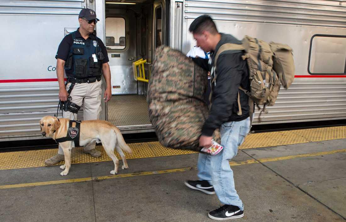 I hela USA råder förhöjd säkerhet. Här inspekteras en passagerare på en tågstation i Los Angeles.