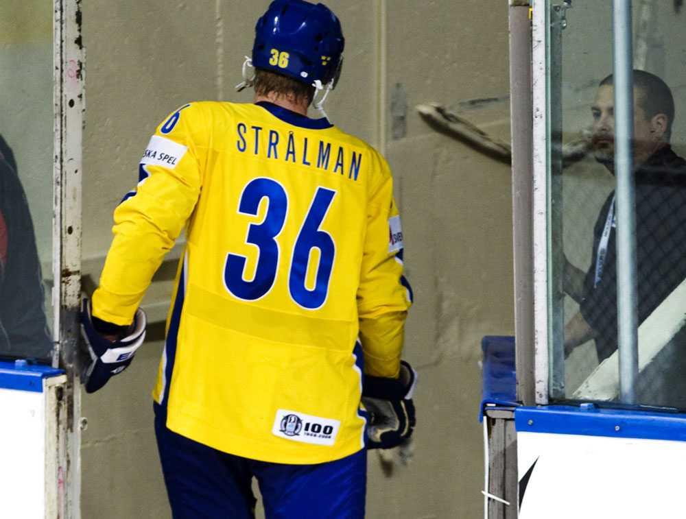 Anton Strålman får lämna matchen mot Ryssland efter att ha fått matchstraff.