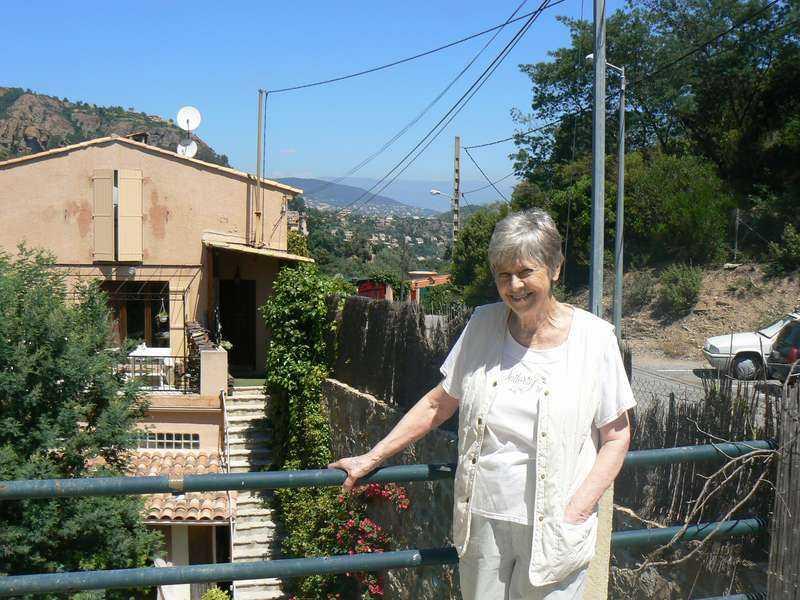 """""""Hon är inte alls lik mig"""" Anita Lindblom är missnöjd med valet av skådespelerska till filmen om sitt liv. Dessutom anser den tidigare schlagerdrottningen att filmteamet bara vill tjäna pengar på hennes levnadshistoria. Den 74-åriga sångerskan bor numera i Frankrike."""