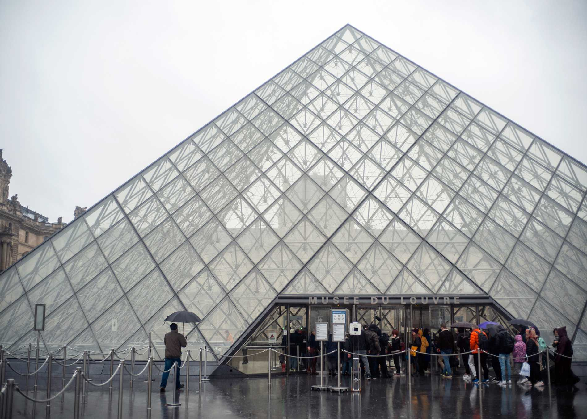 Louvren fortsatt stängt efter virusoro
