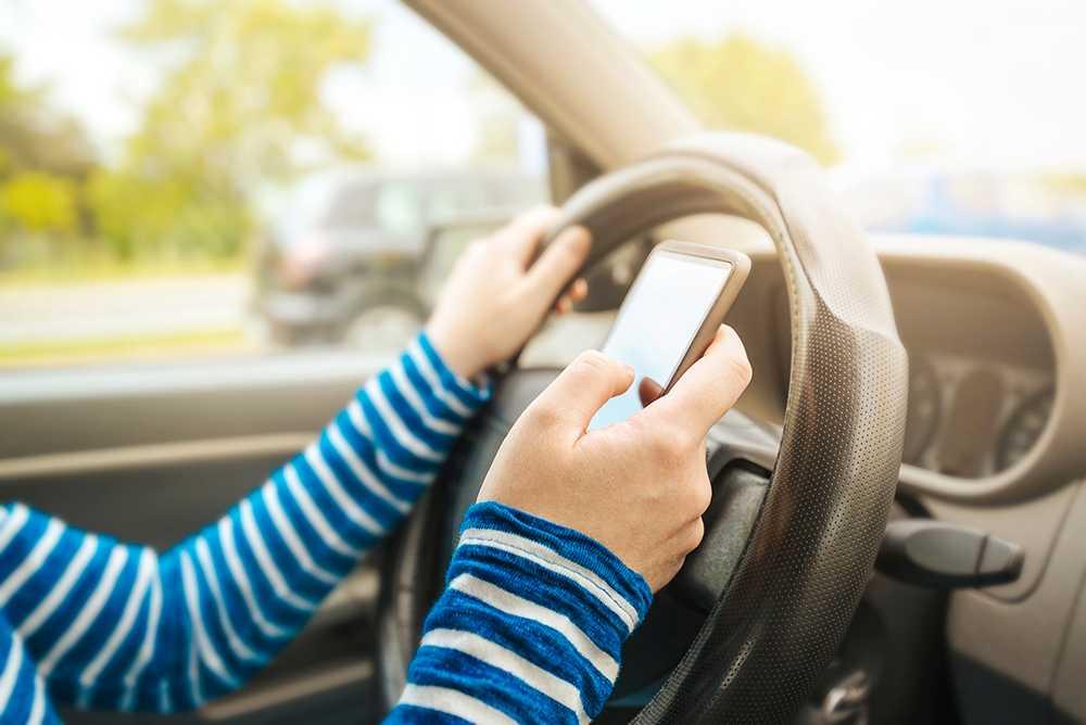 Den 1 februari blir det förbjudet att hålla mobilen i handen när du kör.
