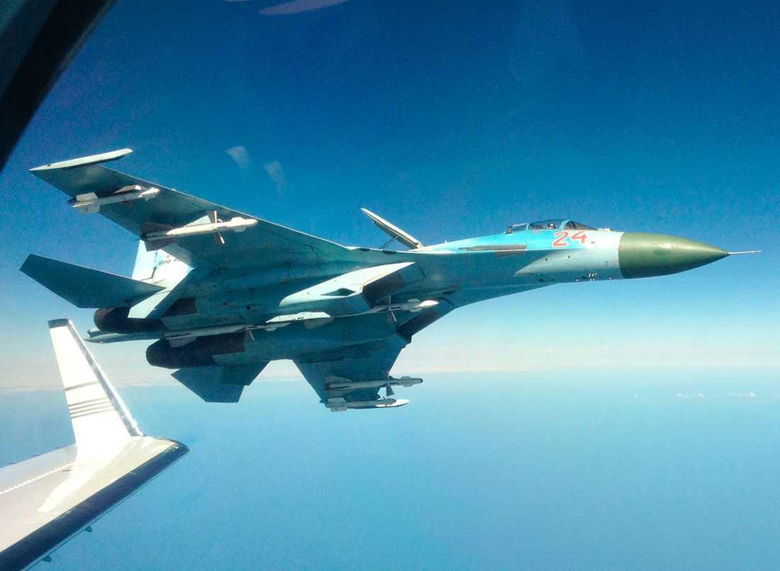 Ett ryskt stridsflygplan vid svenska gränsen. I vad som kan uppfattas som en provokation visade piloten upp vapnen under vingarna.