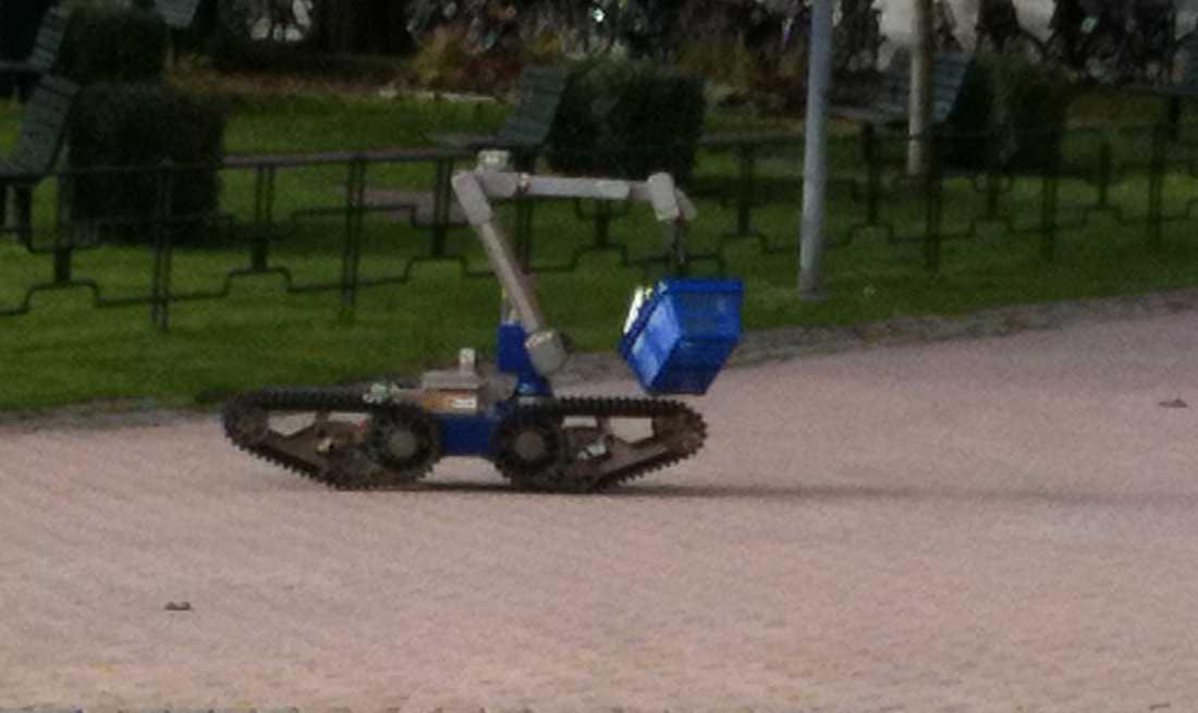 Polisens robot kör iväg med en av de misstänkta paketen.