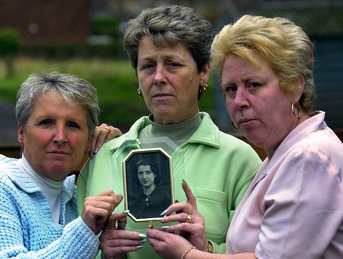 Systrarna Helen Blackwell, Betty Clayton och Breda Hurst med en bild på sin mor Bertha Moss som dog efter ett rutinbesök hos läkaren Harold Shipman. Arkivbild.
