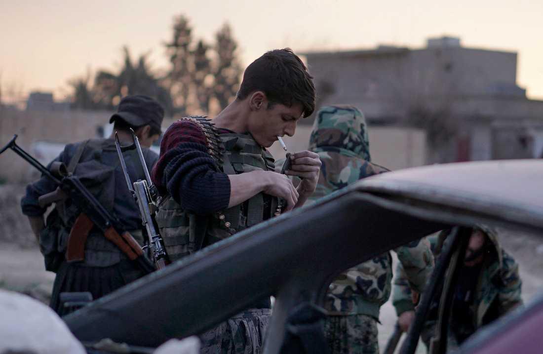 En soldat från USA-stödda SDF förbereder sig för strid mot de återstående IS-anhängarna.