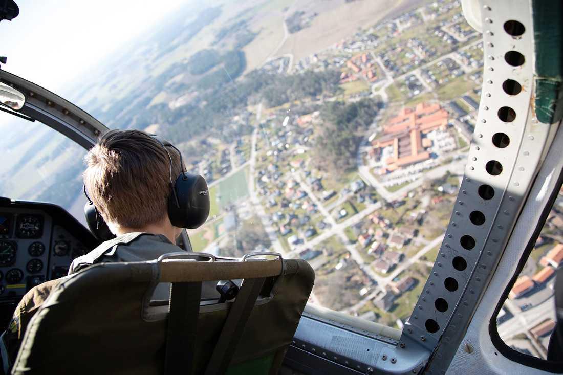 Albin tittar nyfiket ner på Grästorp, där han själv bor.