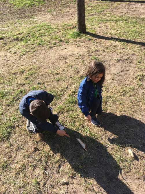 När familjen var ute på promenad gjorde Klara,  5, det oväntade fyndet.