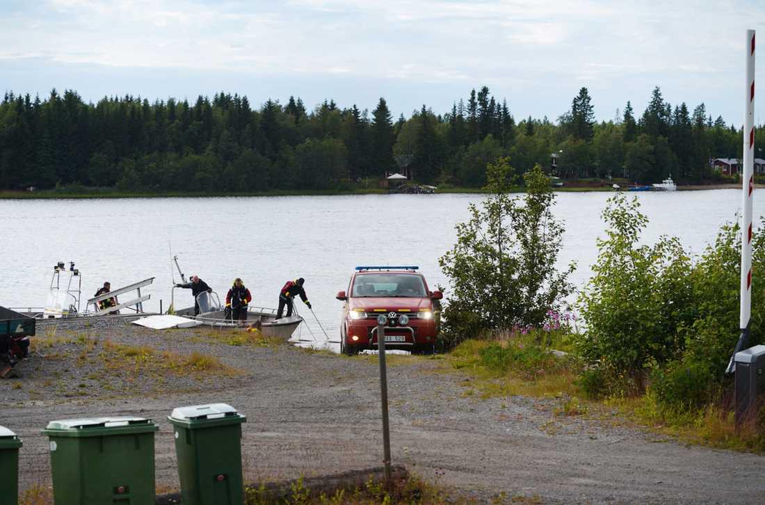 Räddningstjänsten dykare kommer in med båt och vrakdelar till hamnen i Södra Bergsboda i närheten av olycksplatsen vid Storsandskär.
