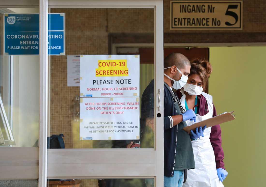 Vårdpersonal i Kapstaden i Sydafrika testar befolkningen för det nya coronaviruset. Totalt har ungefär hälften av Afrikas länder infört restriktioner för att minska spridningen av det nya coronaviruset.